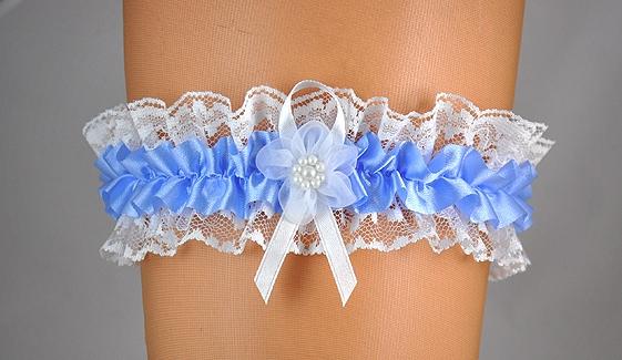 Doplnky pre nevestu - Čipkovaný podväzok s modrou stuhou
