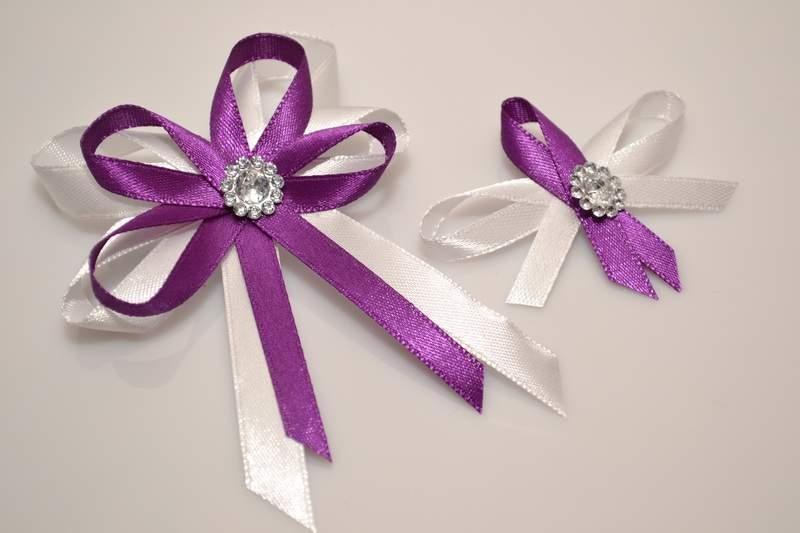 Svadobné výväzky a stuhy - Svadobný vývazek s brošňou - fialová