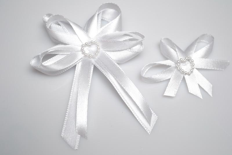 Svadobné výväzky a stuhy - Svadobný vývazek s perleťovým srdiečkom - biela