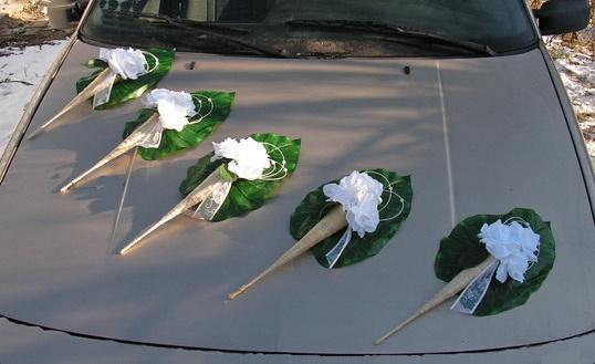 6314eb6a15 Svadobné dekorácie na auto - Výzdoba na auto kornútové kytice